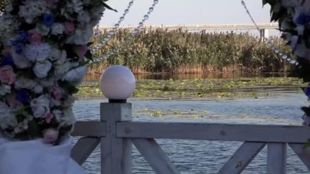 Slavnostní atmosféra v okolí obce. Místa svatebního obřadu. Fotografie z obřadu. Na řece je vítr. Předpoklady o svatební obřad. Dolly z řady židlí na svatební obřad od uličky
