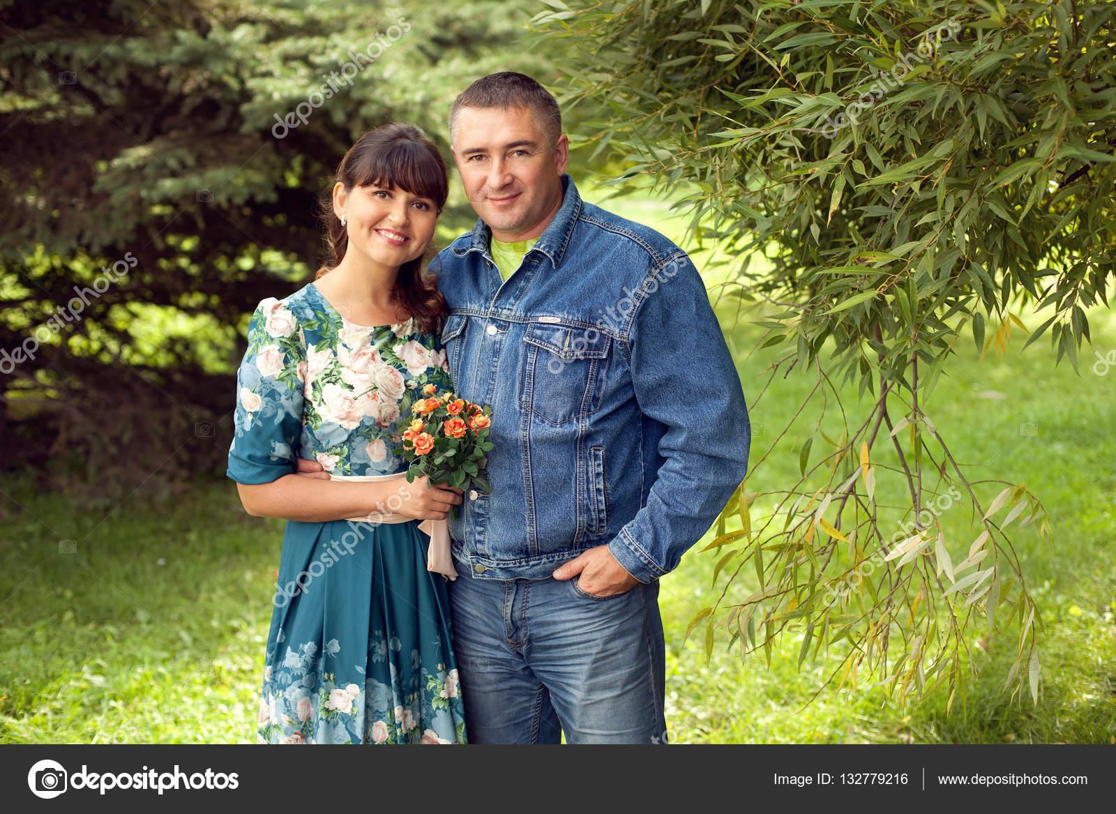 Молодая девушка и пожилой мужчина
