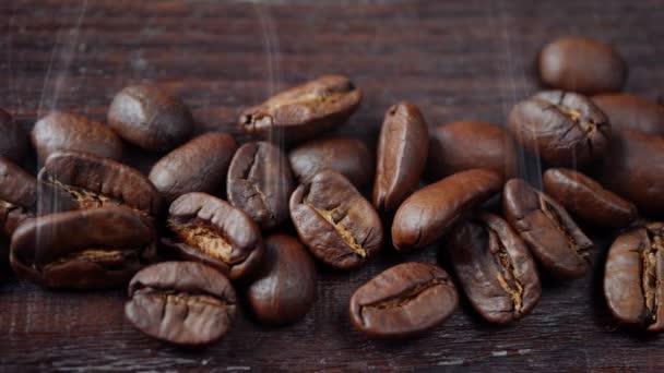 Forró, füstölgő kávébab közelkép. Ételkoncepció. Kamera mozgás balról jobbra. 4k videó
