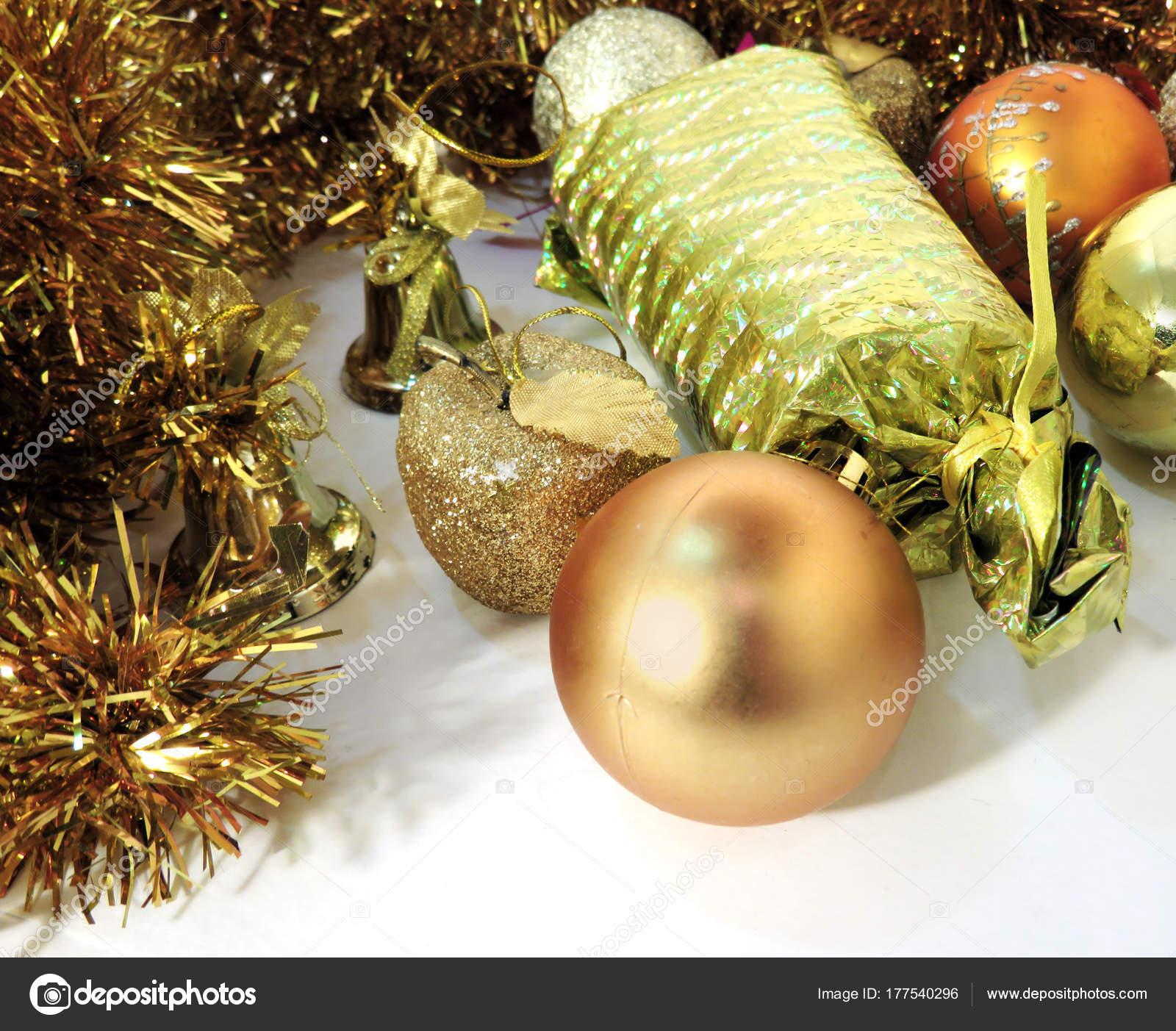 Foto Weihnachtsgeschenk mit Süßigkeiten in eine goldene Verpackung ...
