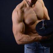 atletický muž s činkami