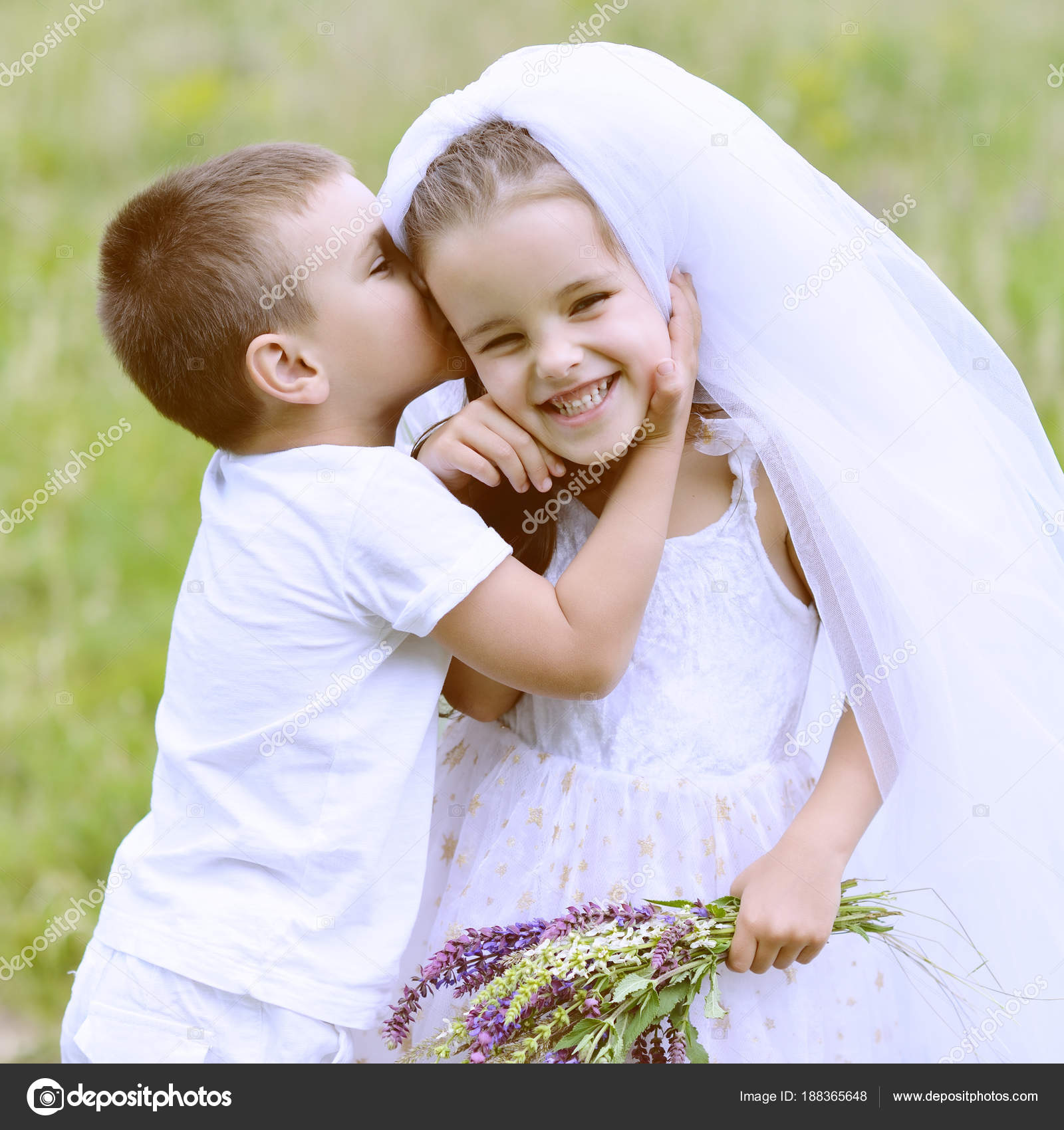 Junge Braut und Bräutigam Hochzeit Sommer im Freien zu spielen ...