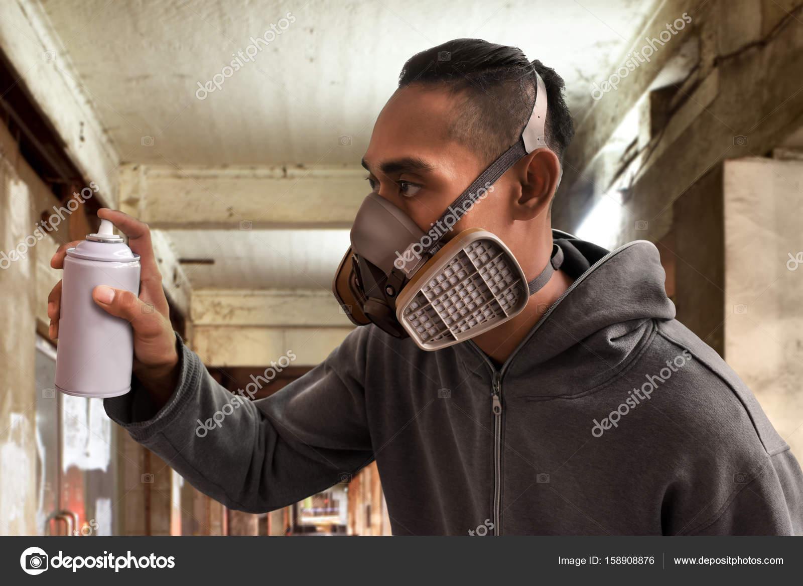 máscara do graffiti artista usando respirador stock photo