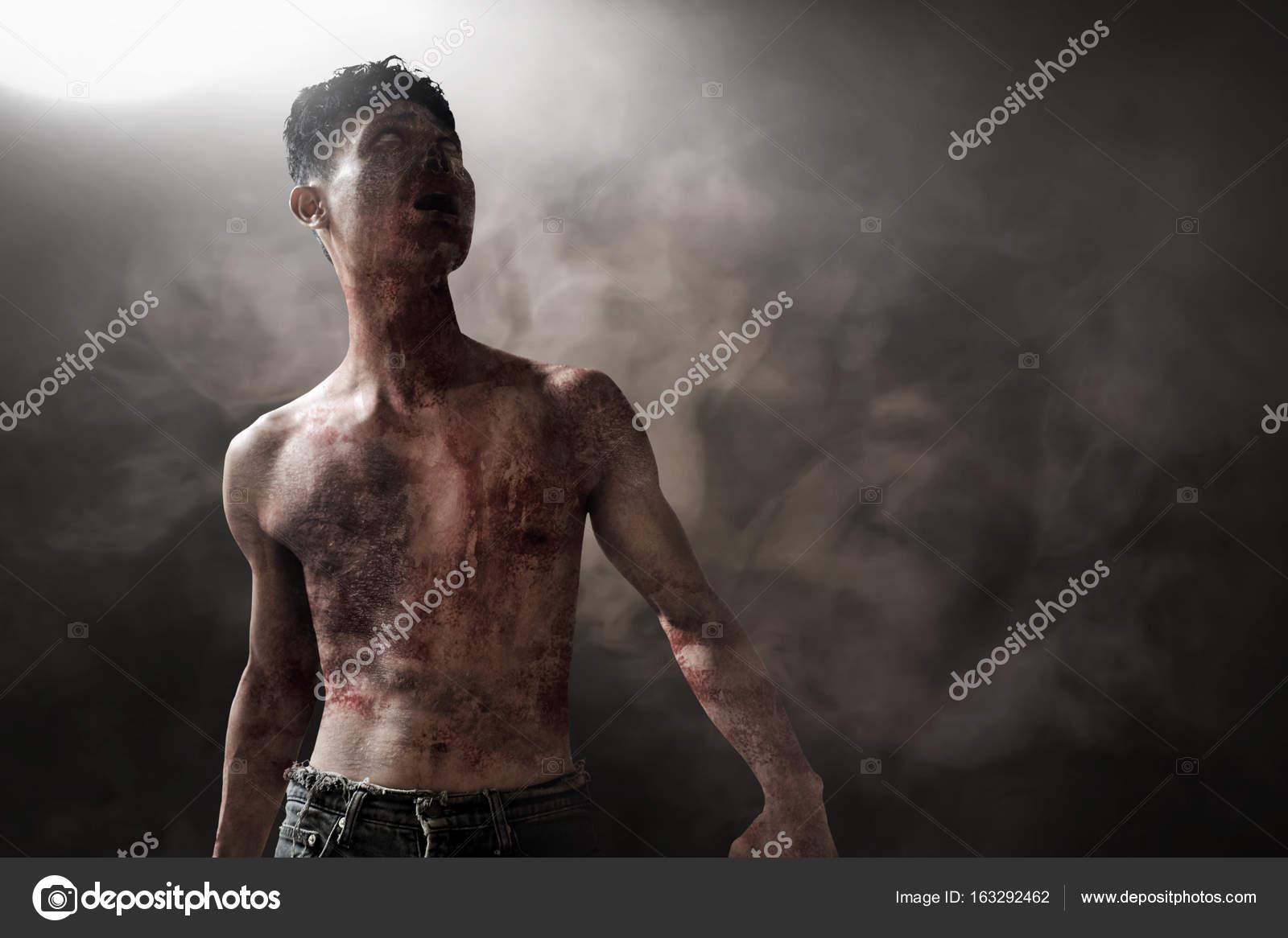 Enge zombie in donkere kamer u stockfoto fotokitas