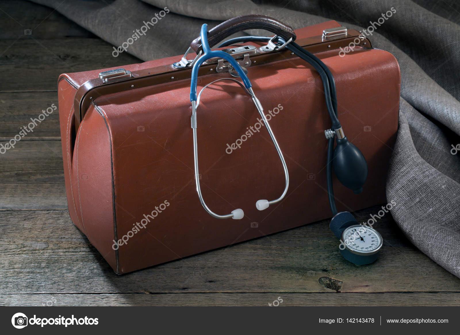 ce11f09a0b75 orvosi táska, és nyomás mérő a fa tábla — Stock Fotó © Canonmark ...