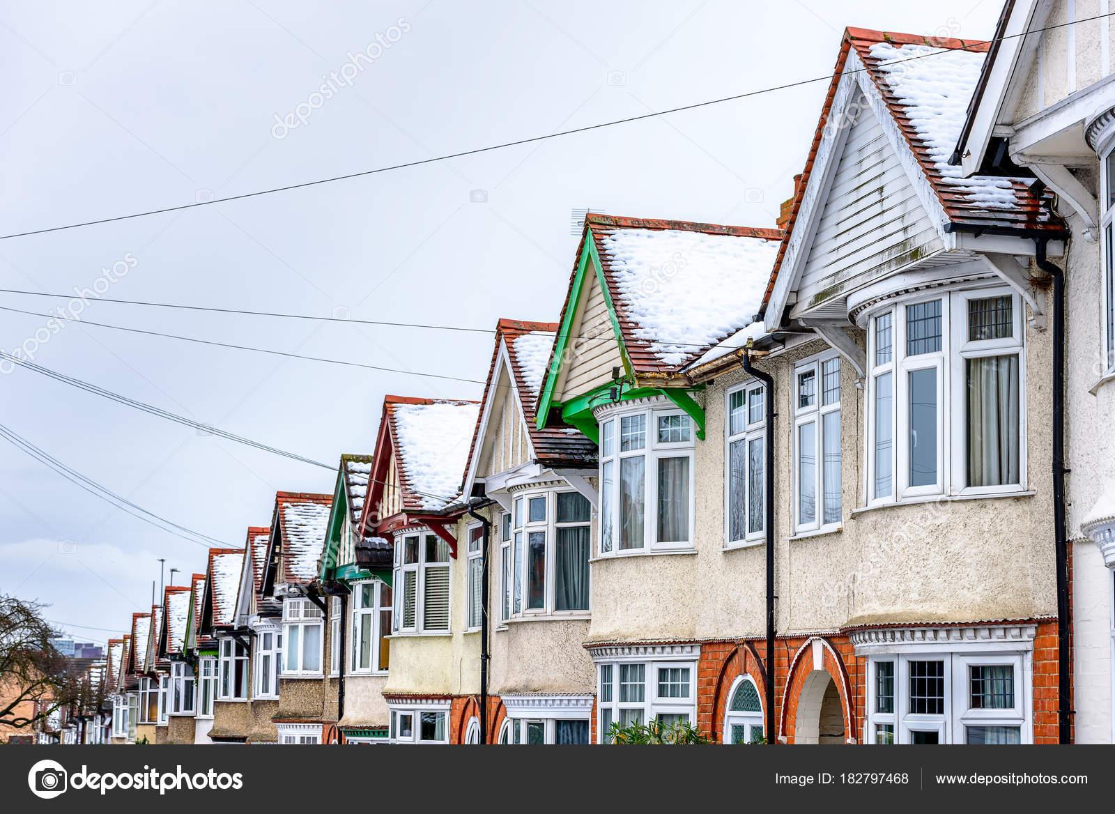 Nublado día invierno vista de fila del típico inglés terrazas casas ...