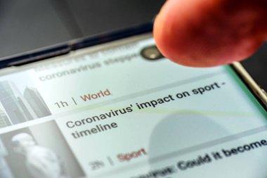 Akıllı telefon ekranındaki spor zaman çizgisi metni üzerinde coronavirus etkisi.