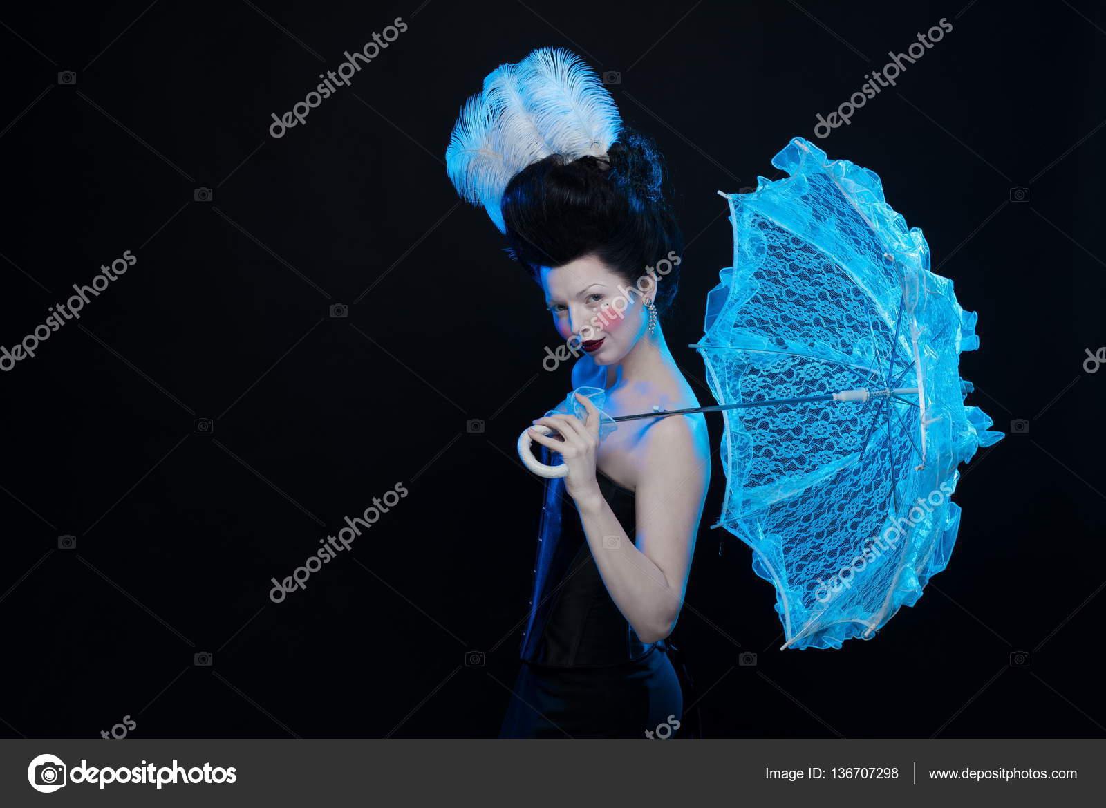 Платье-русалка, короткое, с пышной юбкой или со шлейфом, любая из перечисленных моделей будет гармонично дополнена корсетом. Голубой хорошо подчеркивает глаза этого же оттенка, прекрасно оттеняет волосы цвета золотистый блонд и контрастирует с темными волосами брюнеток.