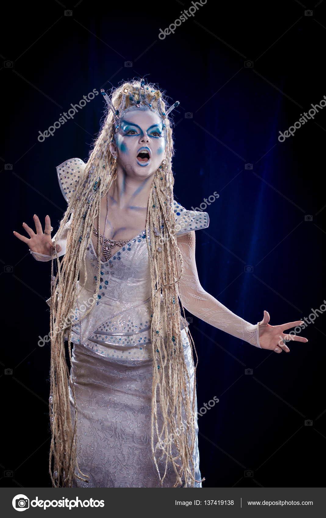 Femme Actrice émotionnelle Dans Le Maquillage Et Le Costume De La