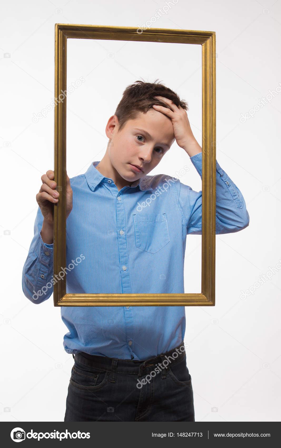 Emotionale junge Brünette in ein blaues Hemd mit einem Bilderrahmen ...