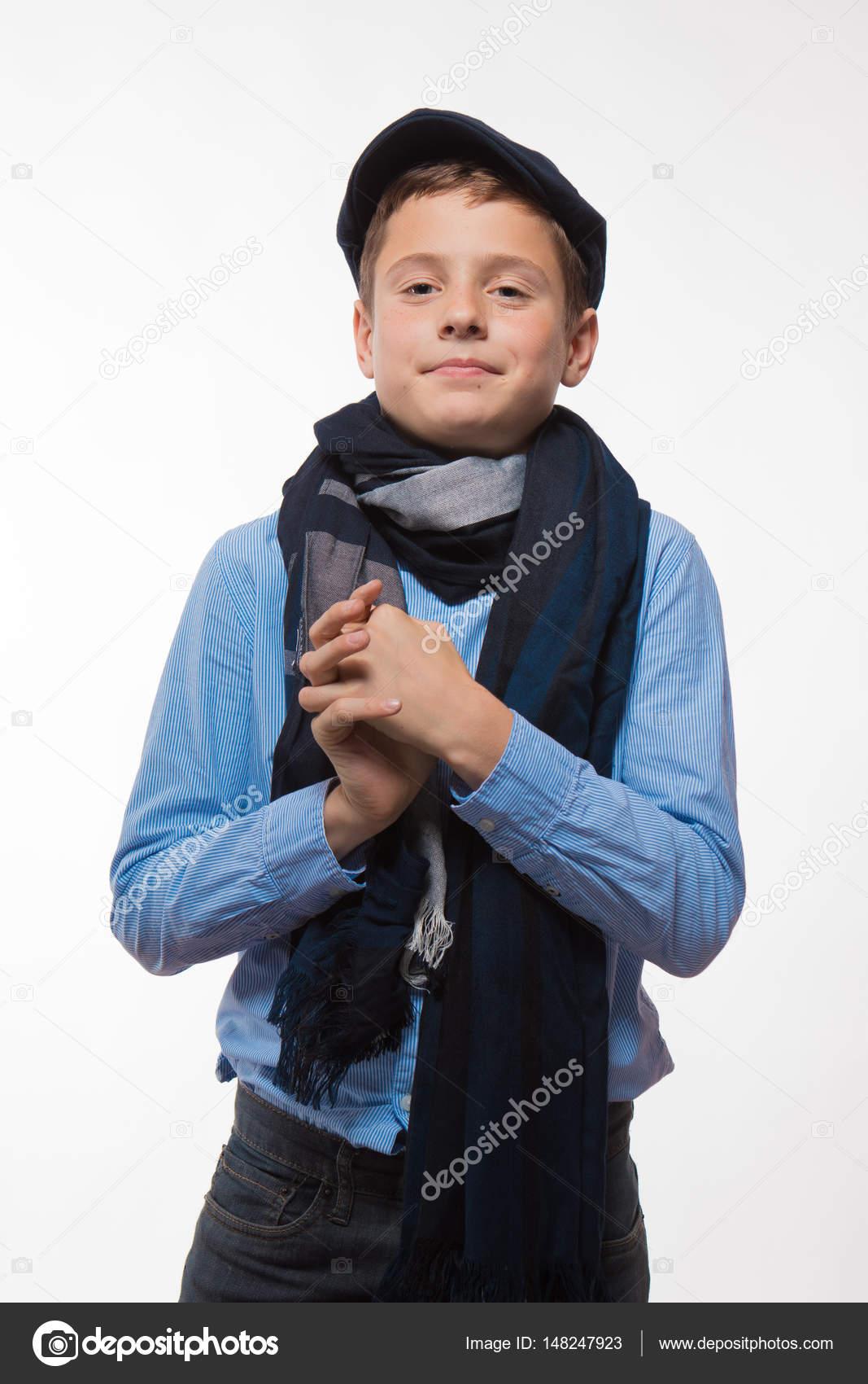 venta minorista 8f9da 22f0c Chico morena emocional en una gorra y bufanda sobre un fondo ...