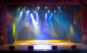 Photo The stage of the theater illuminated by spotlights and smoke from the auditorium