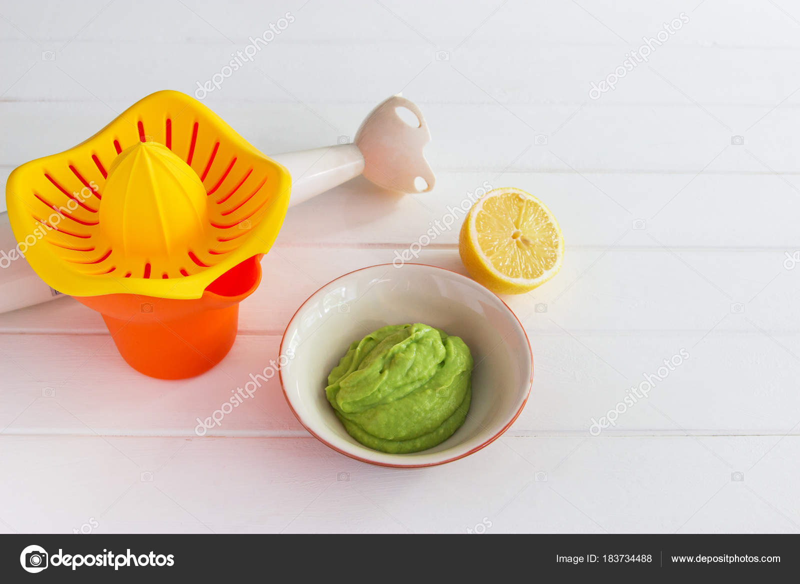 Colored foodstuff avocado dip lemon  — Stock Photo