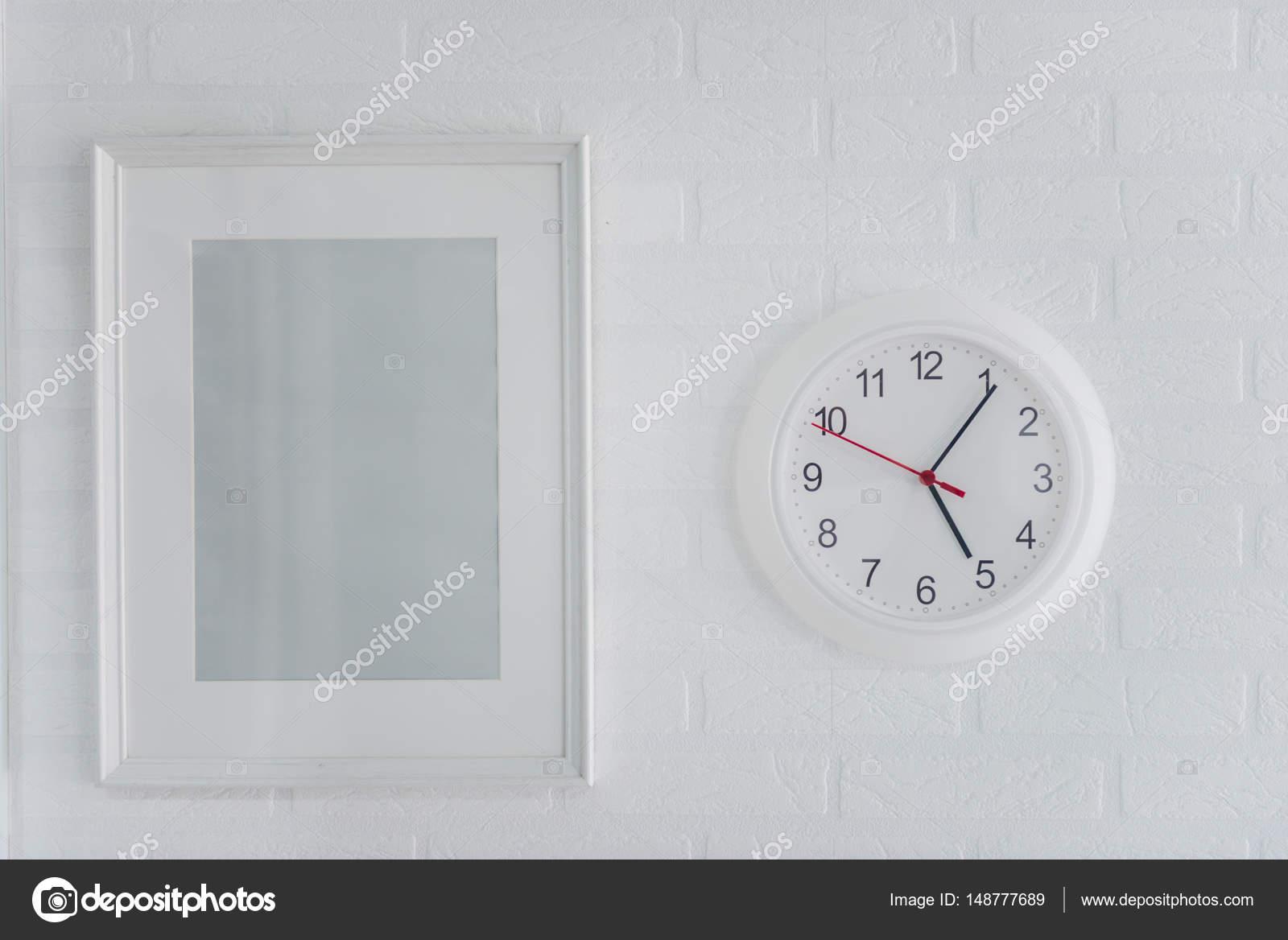 cuadro moderno blanco marco y analógico reloj — Fotos de Stock ...