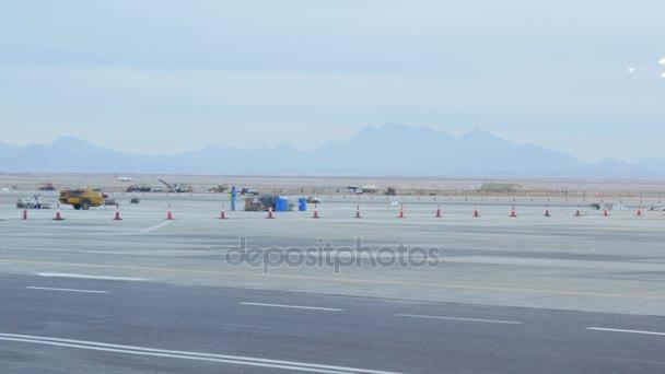 Aeroplano sulla pista guadagnando velocità