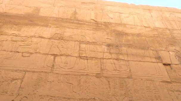 Obrazy bohů a faraonů v chrámu