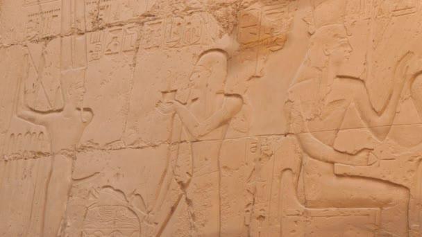 Faraón s velkou korunou