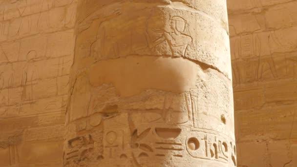 Nízký úhel pohledu na antický sloupec