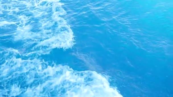 Pomalý pohyb vlny v oceánu