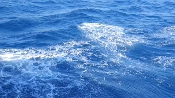 Vysoké vlny a pěnové skvrny