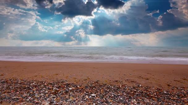 Tenger hullámai és a felhős ég