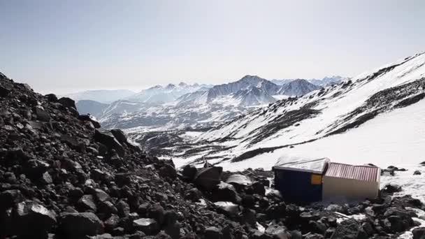 dvě chaty na svahu hory