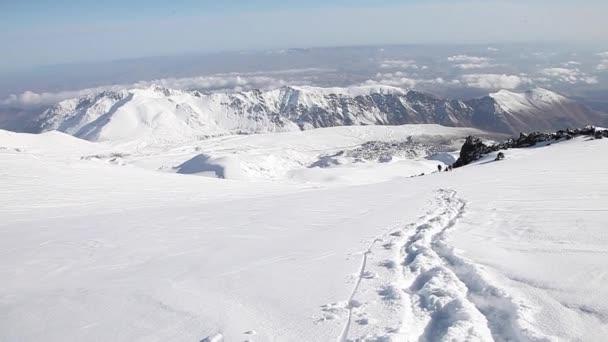 stezka na svahu nortern elbrus