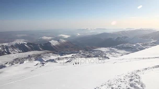 horolezce v horách Kavkazu