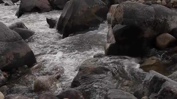horská řeka s kameny, dvě