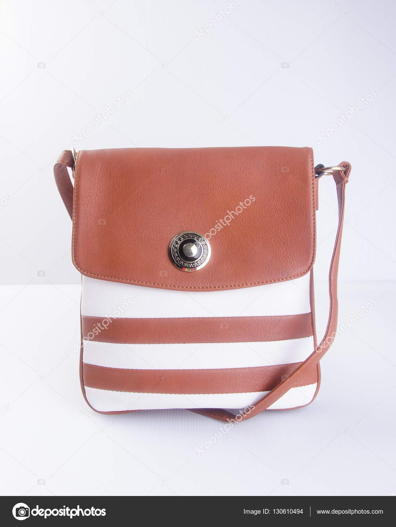f845be382 Saco ou bolsa de couro marrom mulher no plano de fundo — Fotografia de Stock