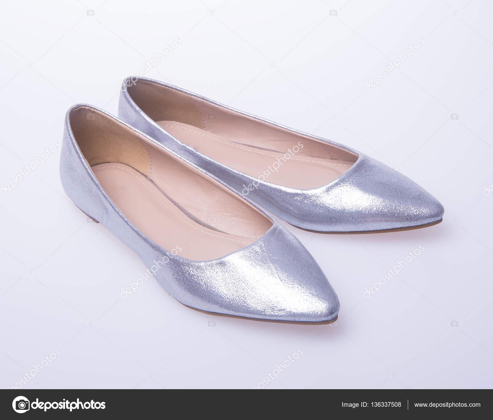 5d3de447f0b7f7 Schuh. Farbe Silber Mode Frau Schuhe auf einem Hintergrund — Stockfoto