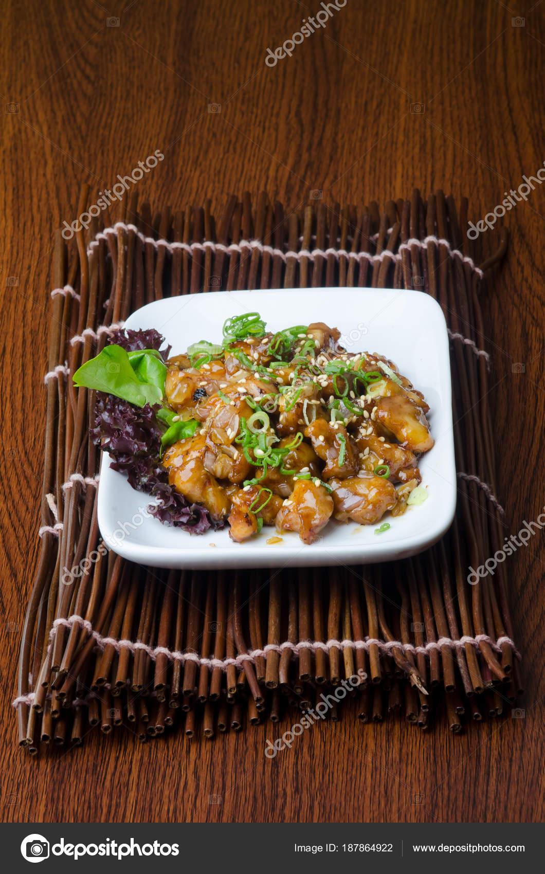 Japanische Küche. Braten-Soße Huhn auf dem Hintergrund — Stockfoto ...
