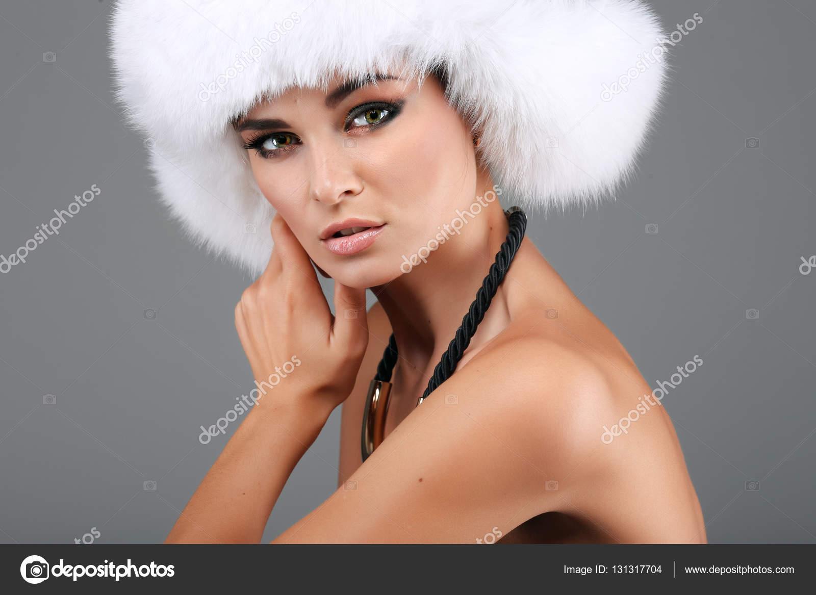 more photos 696ef b9b83 Ritratto di donna in cappello di pelliccia bianca — Foto ...