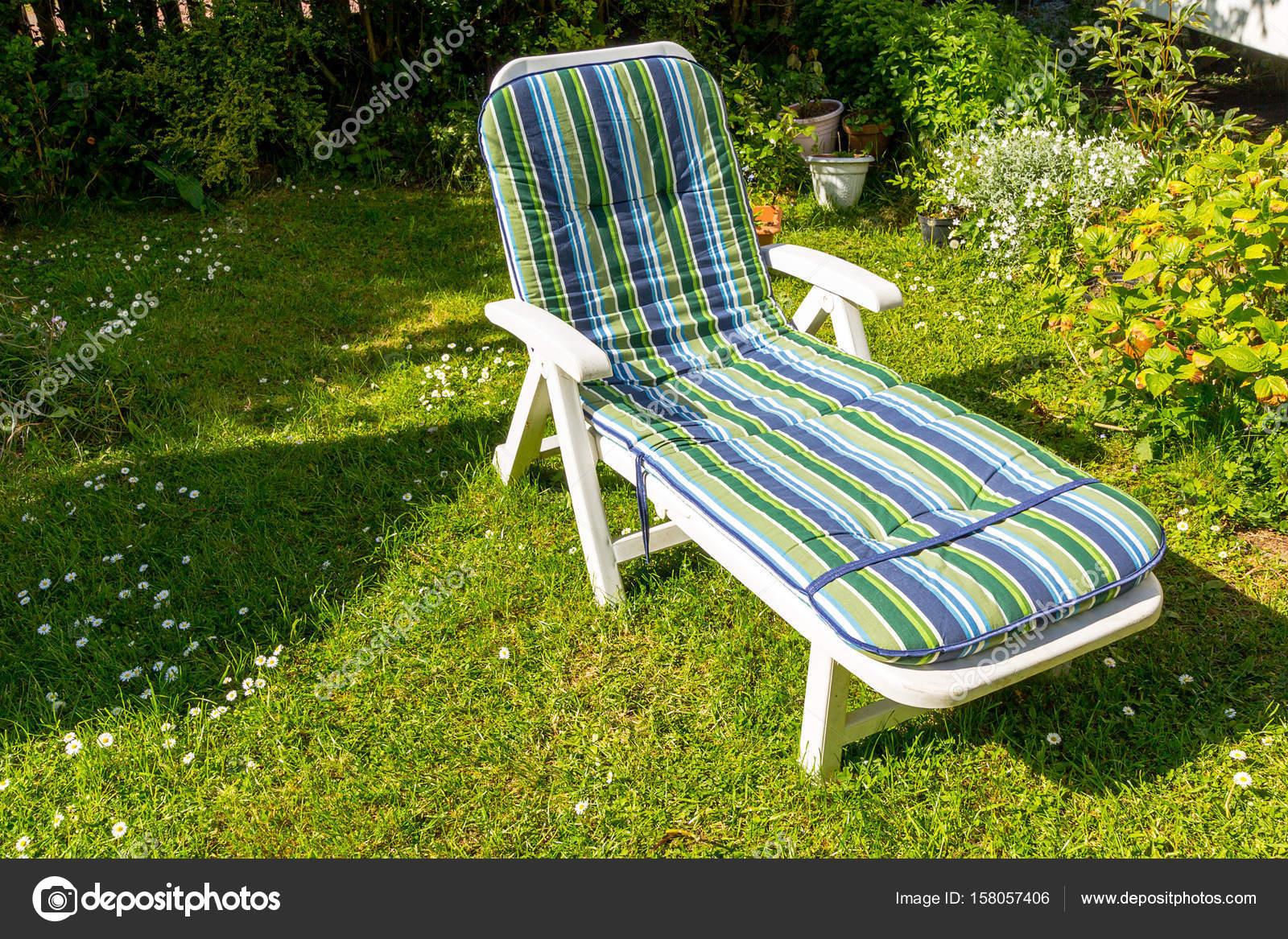 Liegestuhl Im Garten Im Sommer U2014 Stockfoto