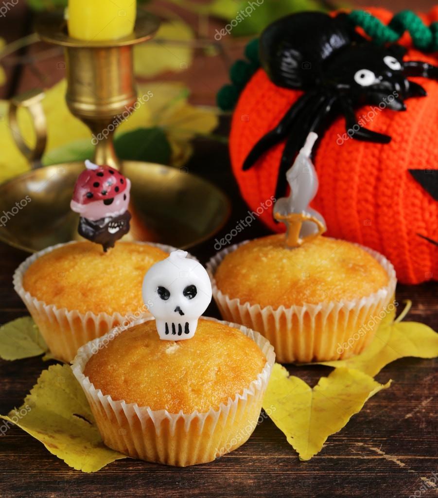 Süßigkeiten und süßen Muffins, Dekorationen für Halloween ...