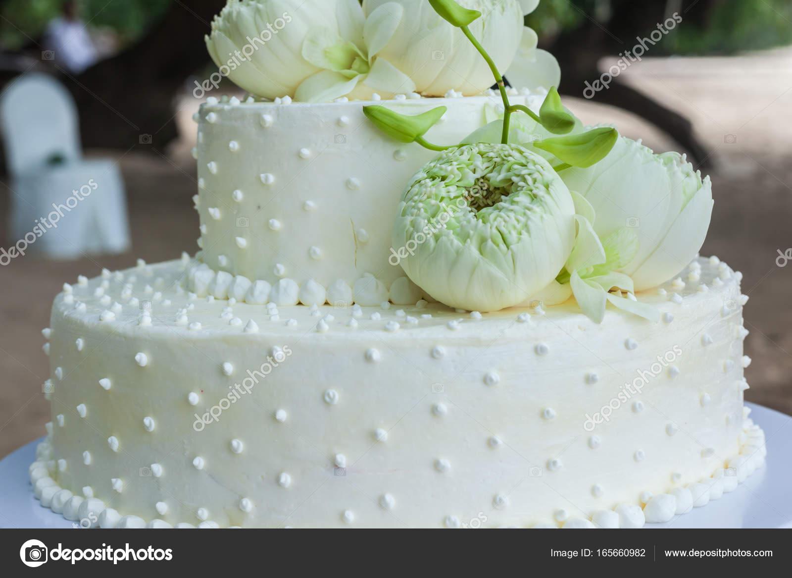 Hochzeitstorte Mit Blumen An Der Spitze Stockfoto C Wandee007