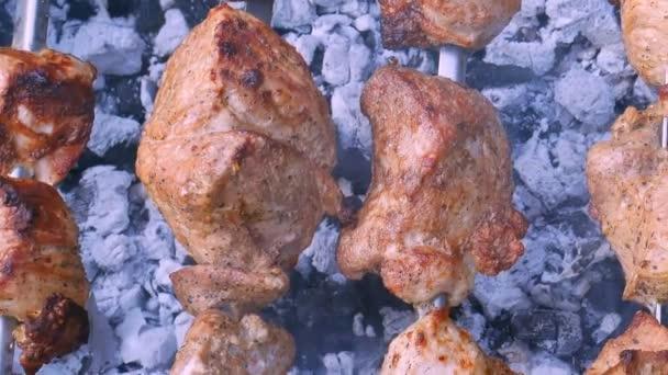 Šašlik maso nebo šíš kebab připravuje na kovové špejle v dýmu, horizontální makro panorama