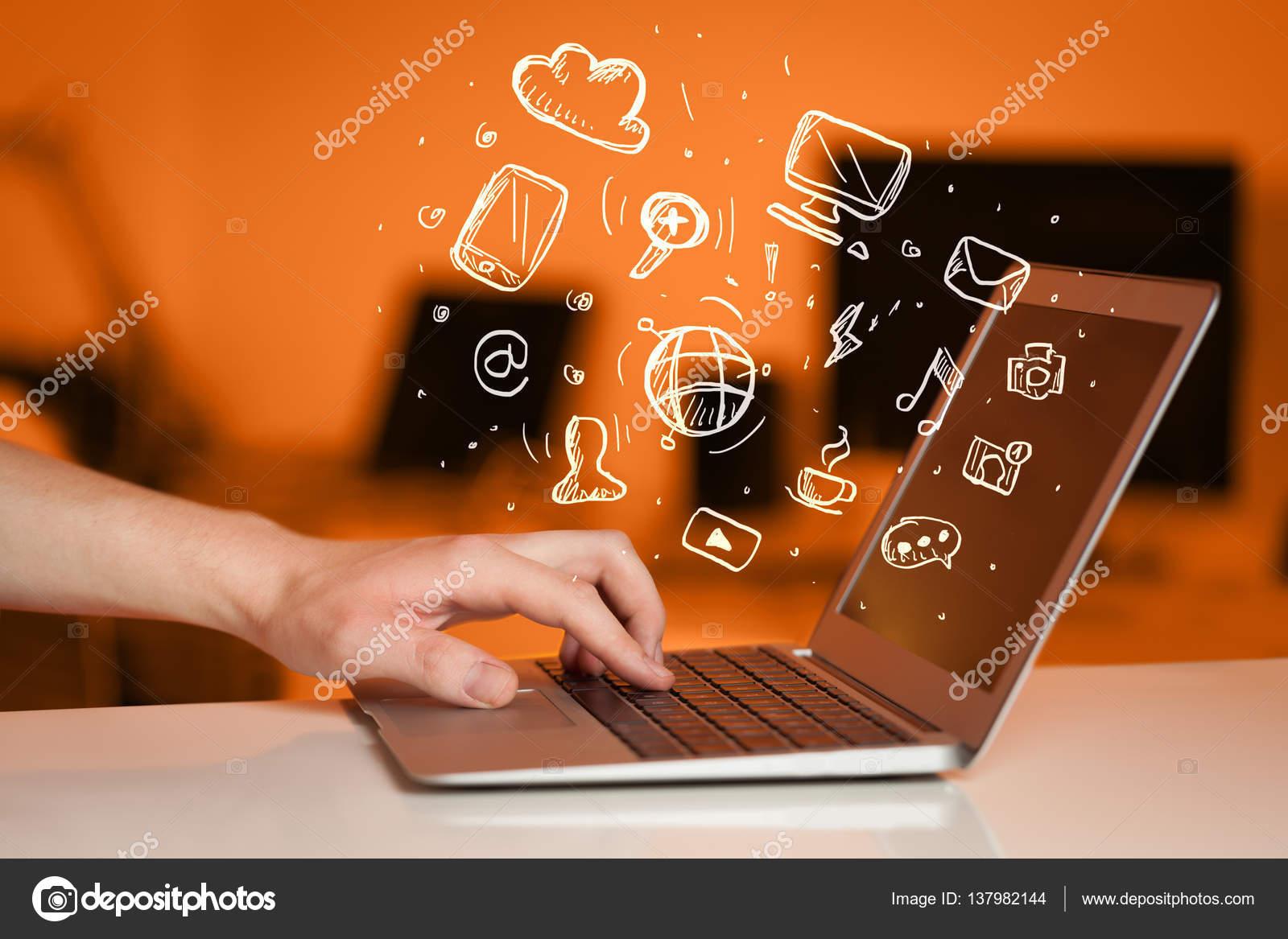 Hand auf Notebook-Computer mit Medien Ikonen schreiben — Stockfoto ...