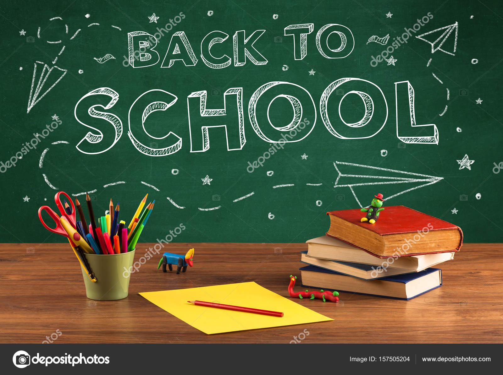 Retour au bureau blackboard et élève d école u photographie