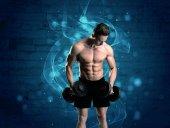 Attraktiver starker Fitness-Typ beim Gewichtheben