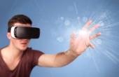 férfi visel virtuális valóság szemüveg