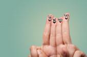 Chytré vypadající prsty s úsměvem
