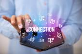 Geschäftsmann mit faltbarem Smartphone, Social-Media-Konzept
