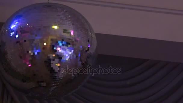 Discobal Met Licht : Spiegel disco ball met licht reflectie op het plafond u stockvideo