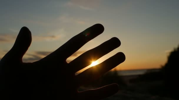 chlap se dívá na dlaně a prstů