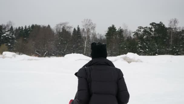 Mädchen in roten Strumpfhosen und Stiefeln liegt in einer gefrorenen Bucht