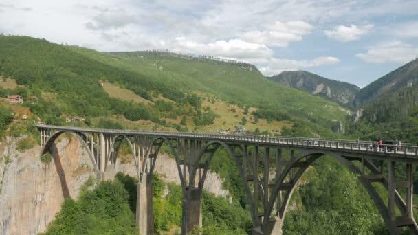velký most Durdevica Tara na podzim, kdy projíždějícími automobily a turisté jít