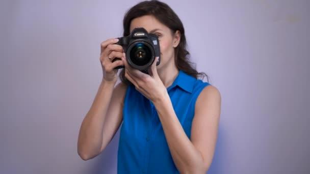 fotografka s fotoaparátem Canon natáčí model ve studiu