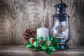 Vánoční ozdoby a svíčky světlo na rustikální dřevo