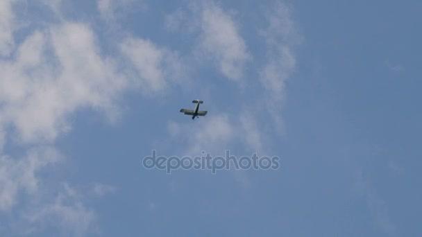 An-2 letadlo létá na obloze